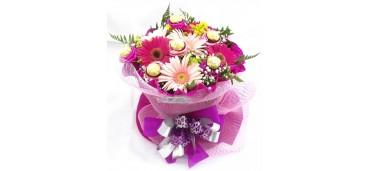 Arranjo de gerberas rosas e flores de Chocolate
