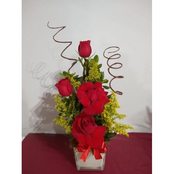 Arranjo Com 4 Rosas Vermelhas em Vaso de Vidro