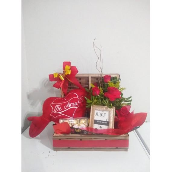 Cesta Decorada Mista com Chocolate, Coração, Porta Retrato e arranjo de flores