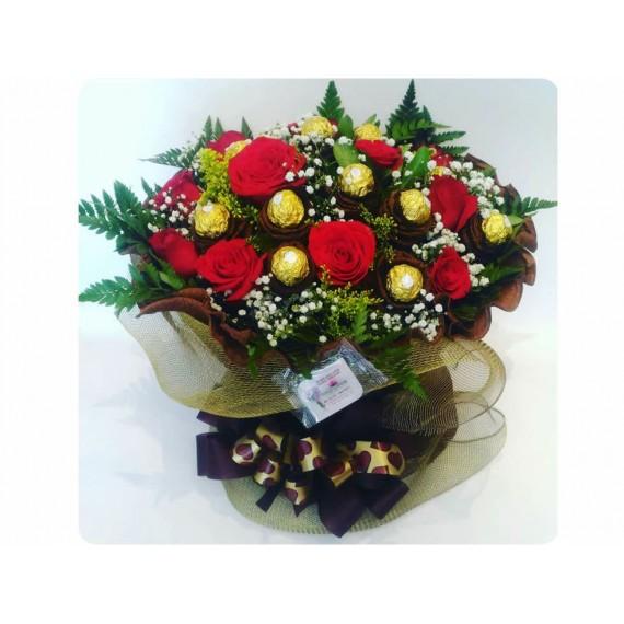 Arranjo 12 Rosas Vermelhas e 12 Flores de chocolate Ferrero Rocher